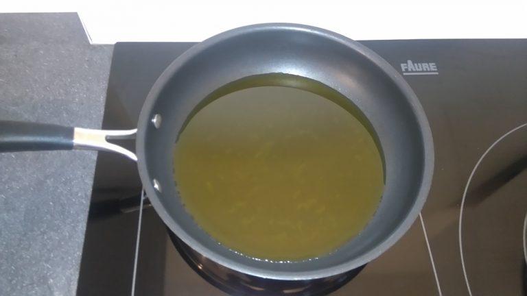 Faites chauffer l'huile d'olive