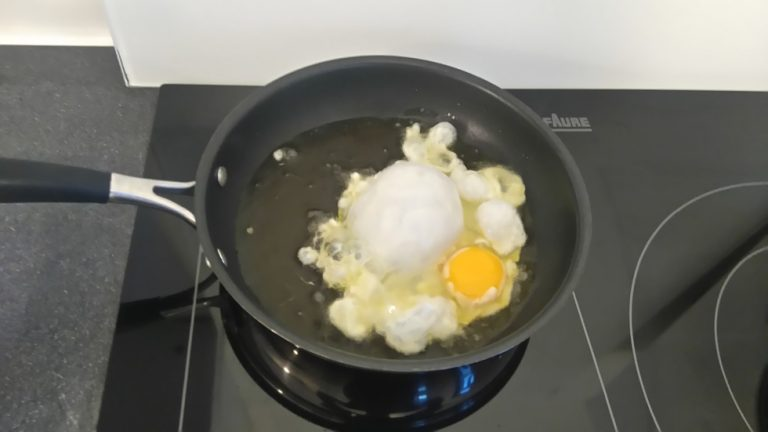 Versez l'œuf dans l'Huile d'Olive