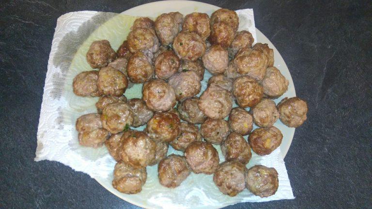 Videz les boulettes sur du papier cuisine