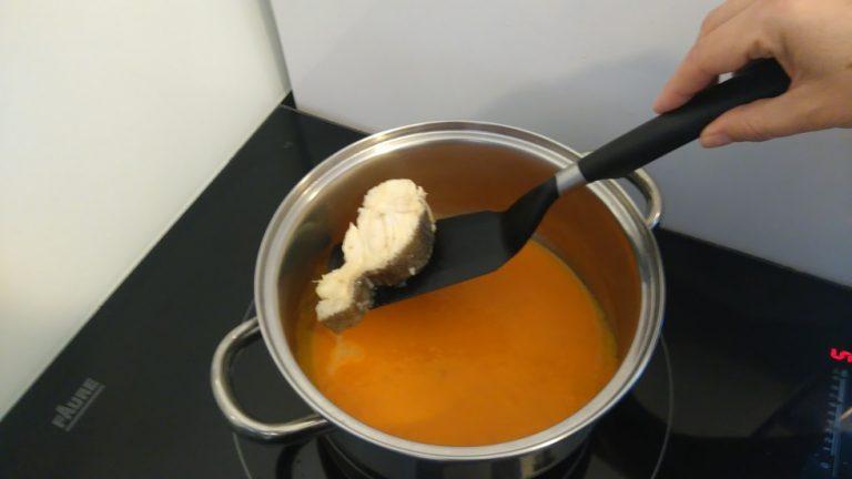 Déposez les morceaux dans la sauce tomate