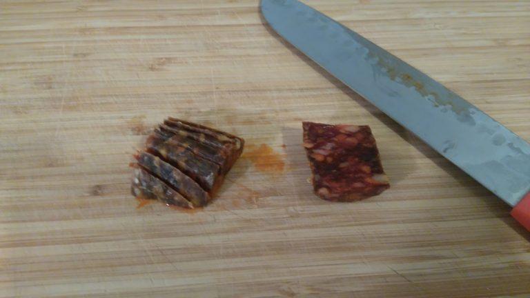 Coupez ce morceau en 2 parties puis faites des bandelettes