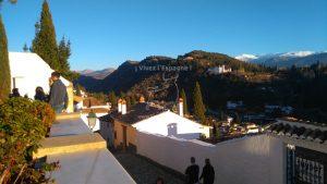 Vue de Generalife et les sommets neigeux de la Sierra Nevada depuis Vue de l'Alhambra depuis les jardins de la Grande Mosquée de Granada