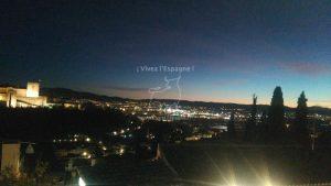 Vue nocturne de l'Alhambra et Granade a ses pieds depuis le Mirador San Nicolás