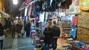 Boutiques multicolores en redescendant du miradore San Nicolás