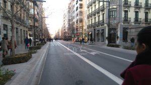 Rue Gran Vía de Colón à 17h13, la circulation est coupée.