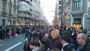 Une lumière bleu au loin au centre de la foule, la Cabalgata approche 18h18