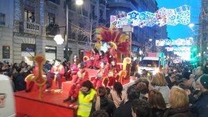 Un char rouge et jaune avec un trône en plumes