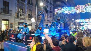 Et voici le char au Paon revêtu d'un joli bleu