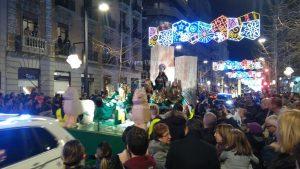 Arrive ensuite un char vert avec 2 chiens-lions et deux grandes colonnes carrées
