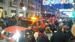 Une voiture avec sa remorque remplie de pompiers, hahaha