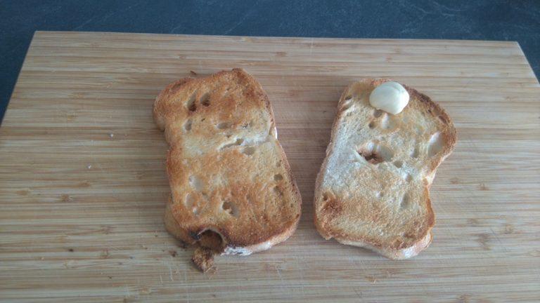 Frottez l'ail sur la tranche de pain grillée