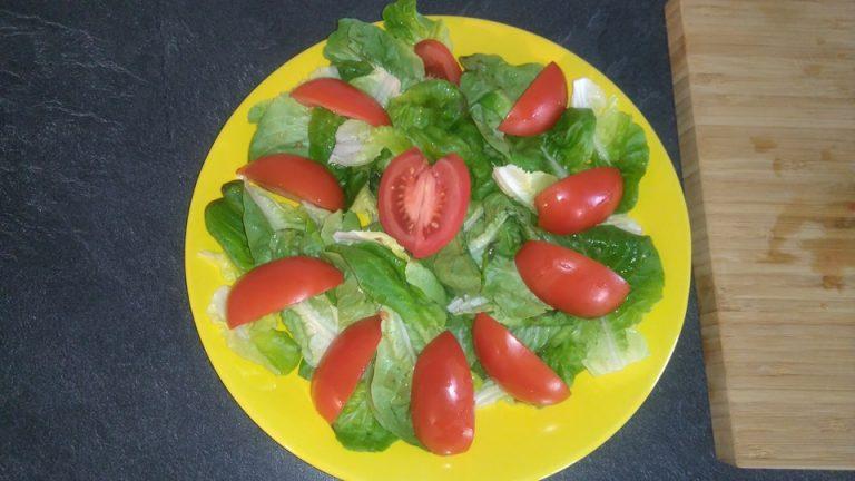 Disposez les morceaux de tomates sur la salade