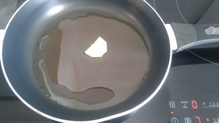Mettez seulement une lamelle dans la poêle