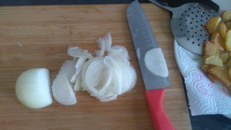 Découpez l'oignon en fines lamelles