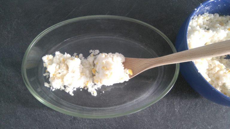 Commencez à déposer le mélange de sel sur le fond du plat