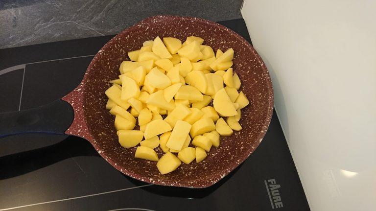 Jetez les lamelles de pommes de terre dans la poêle