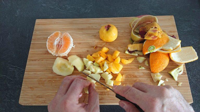 Découpez les fruits en morceaux