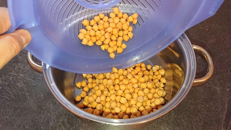 Versez les pois chiches dans une casserole
