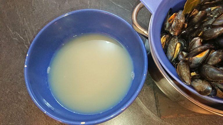 Réservez l'eaumoules de cuisson des