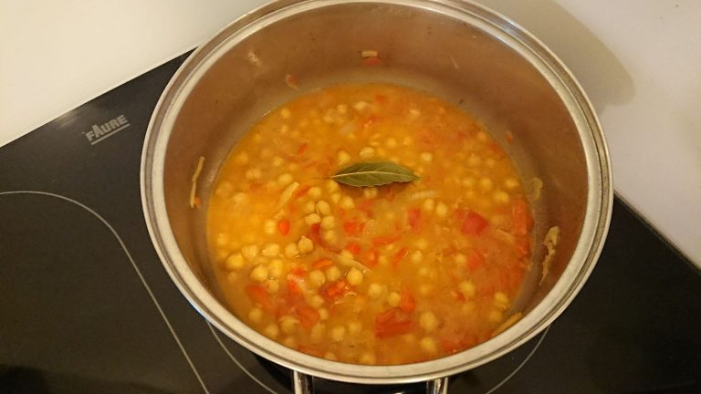 Ajoutez l'eau de cuisson des moules