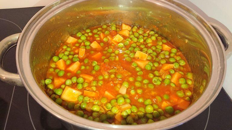 Mettez petits pois et cube de pomme de terre dans la casserole