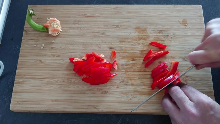 Coupez le ppoivron rouge en petites lamelles